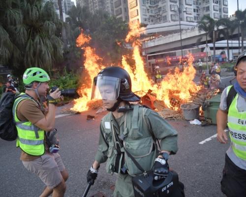 【修例風波】速龍小隊快速推進制服多人 黑衣示威者四散沙田圍