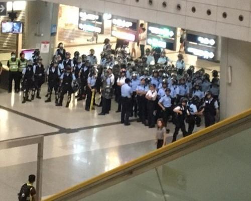 【修訂風波】九龍站封站兼飛站 示威者堵出口警方舉黃旗