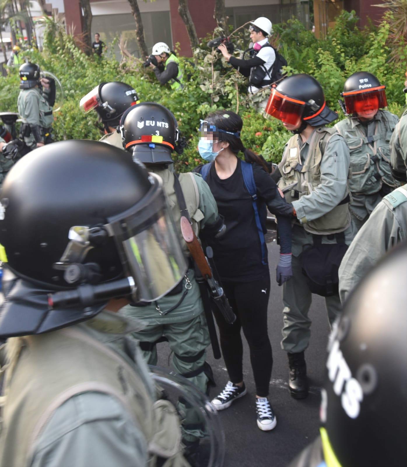 防暴警察制服示威者