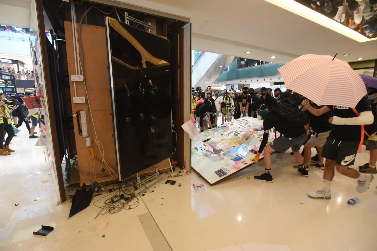 沙田站遭人大肆破壞,毗連的沙田大會堂關閉。