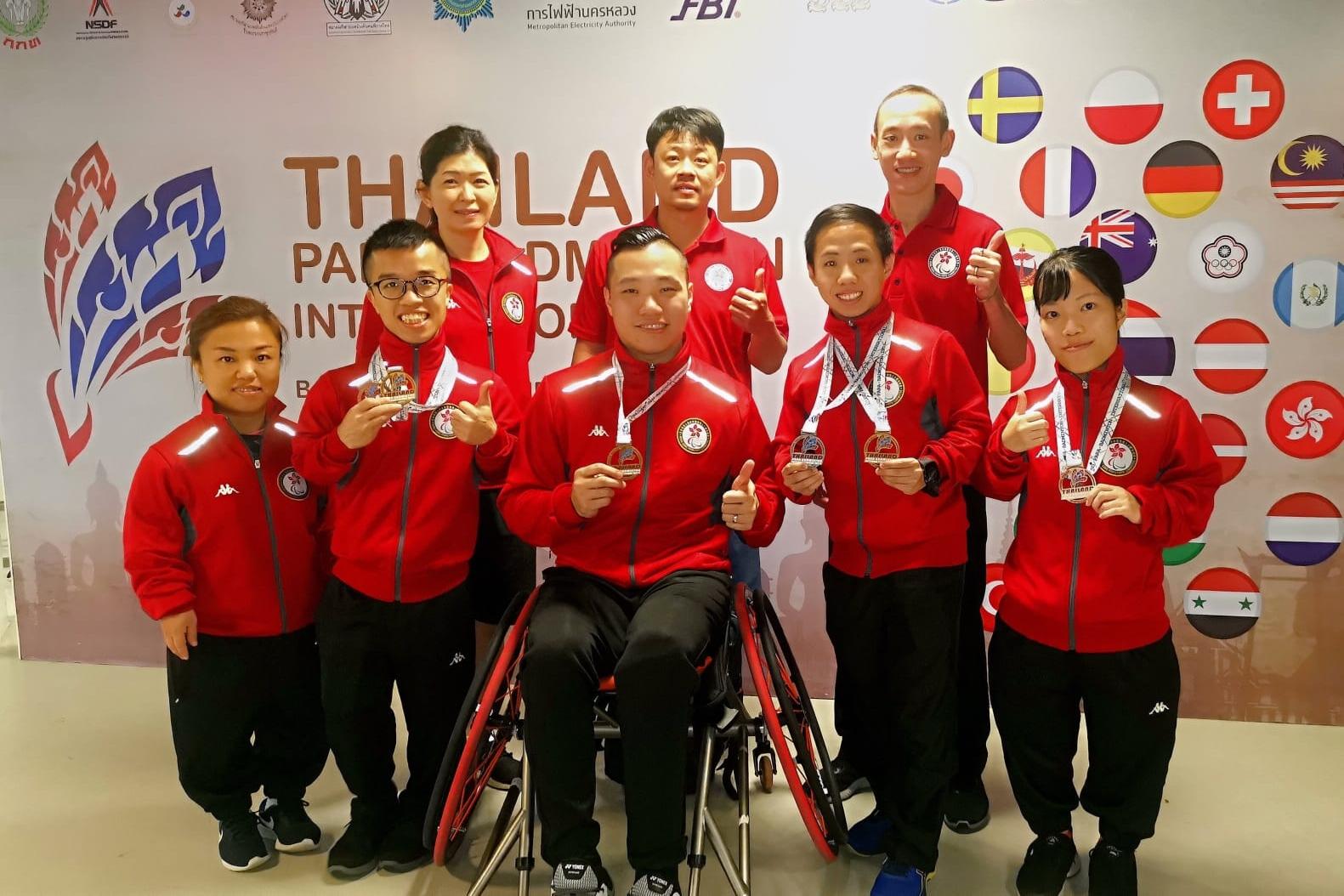 陳浩源(前排中)為首的殘疾羽毛球隊在曼谷殘疾人國際賽豪取兩金一銀兩銅。相片由公關提供