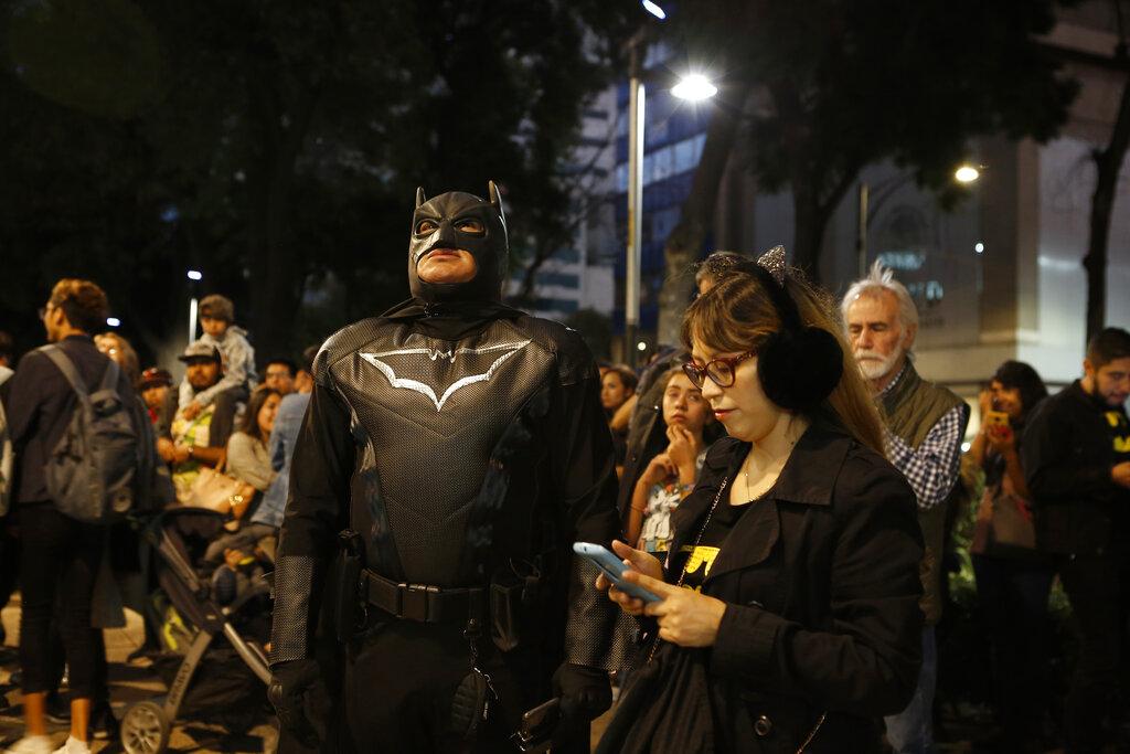 墨西哥人扮蝙蝠俠。AP