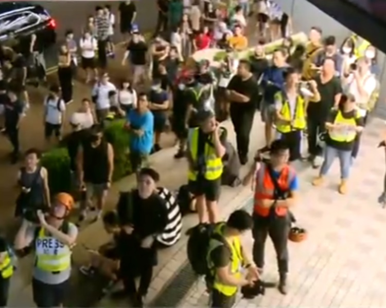 橋下有大批人士指罵警員。港台截圖