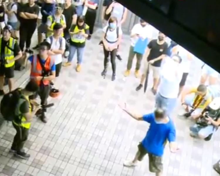 有示威者不停指責警方。港台截圖