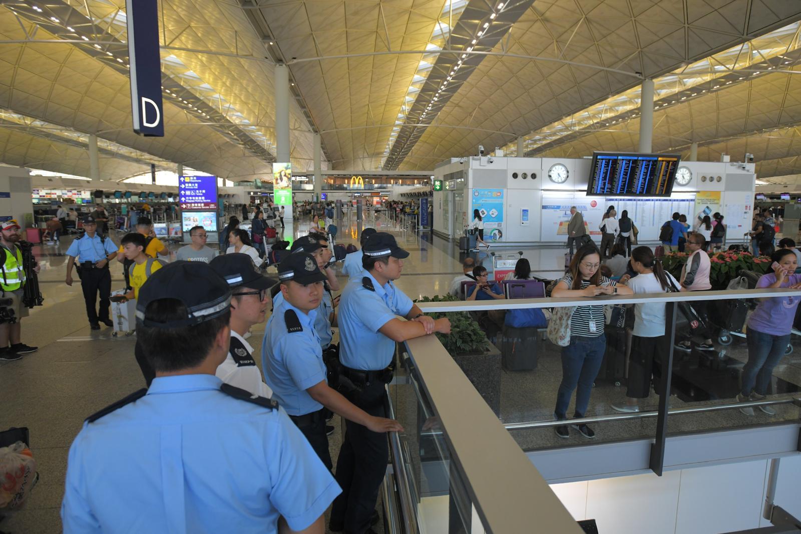 警方加派警員機場巡查