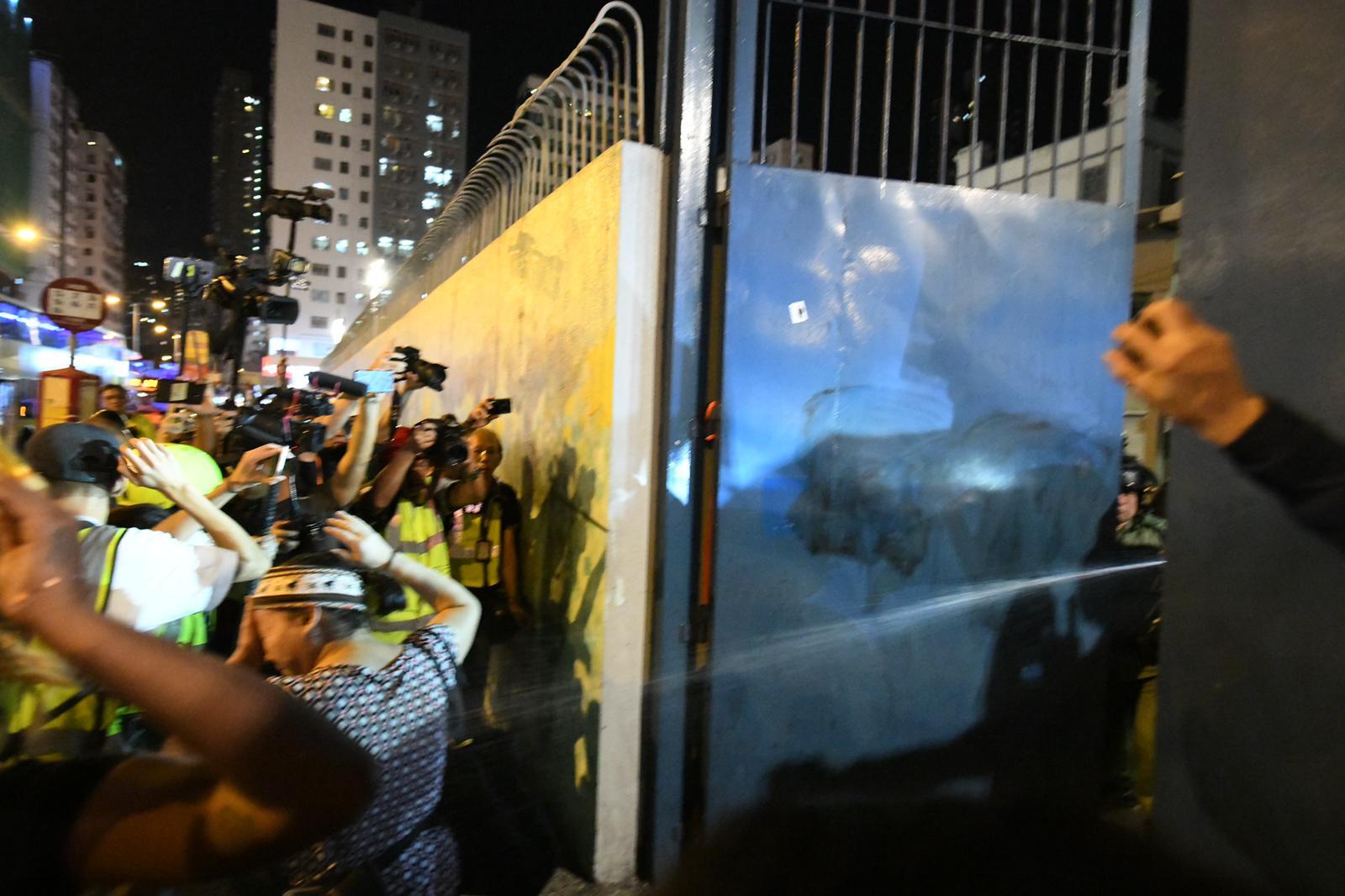 警員突然在閘內向外邊射胡椒噴。