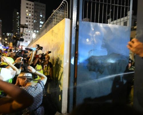 【修例風波】旺角警署警察噴胡椒水 舉藍旗後射布袋彈