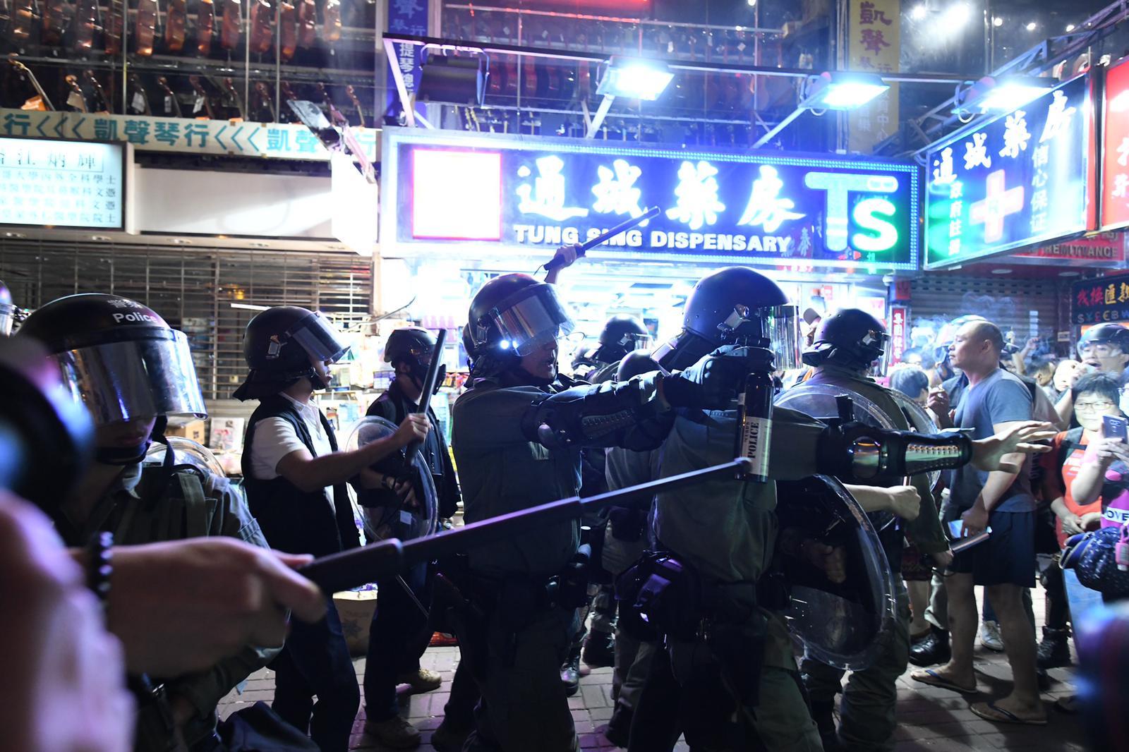 一批警員衝出制服一名市民。