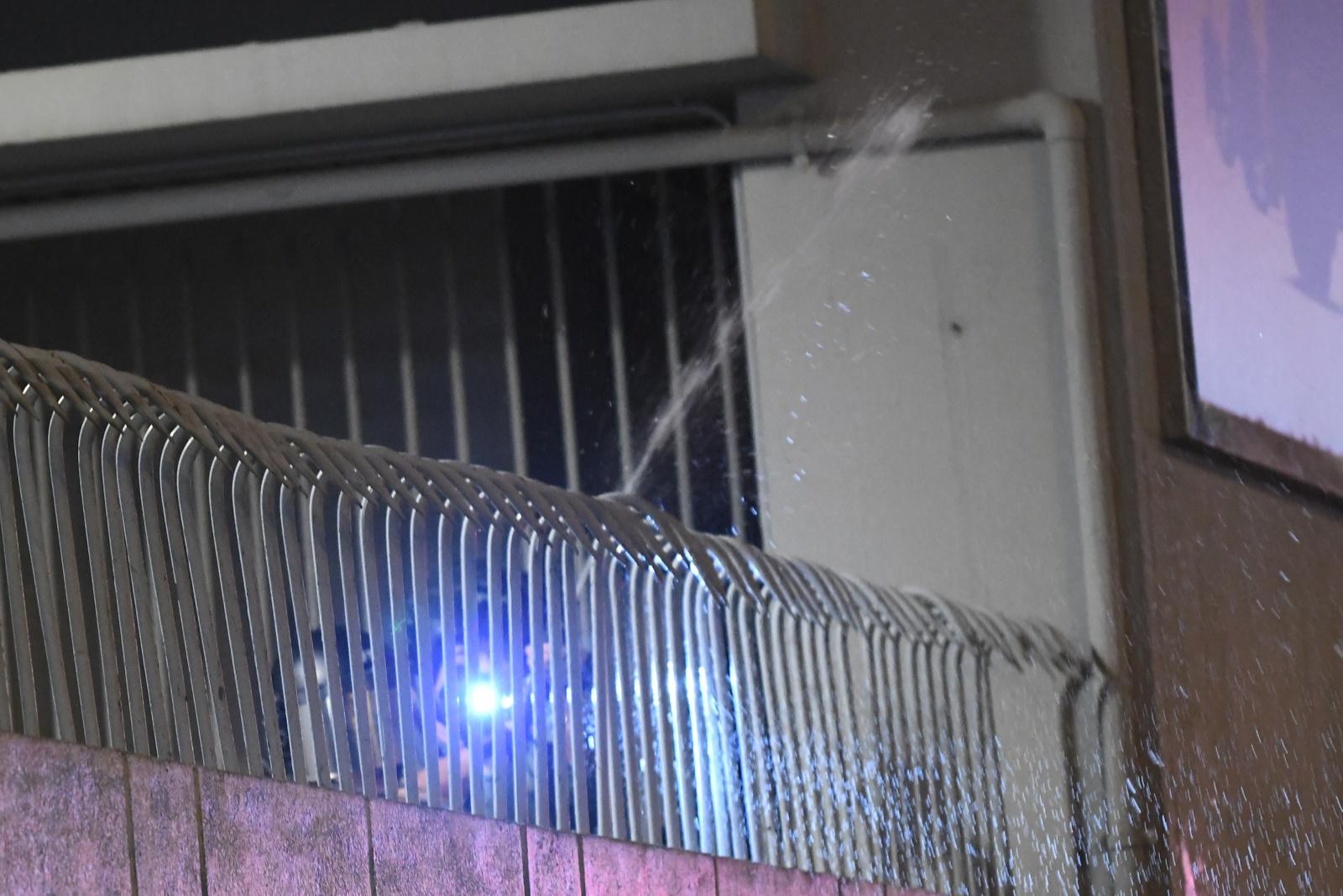 警員突然在欄後向高空噴射胡椒噴霧,多名記者「中椒」。