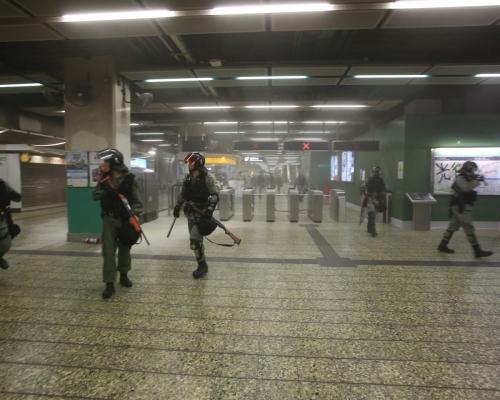 【修例風波】示威者破壞葵芳站開喉射水噴滅火筒 荃灣線列車不停站