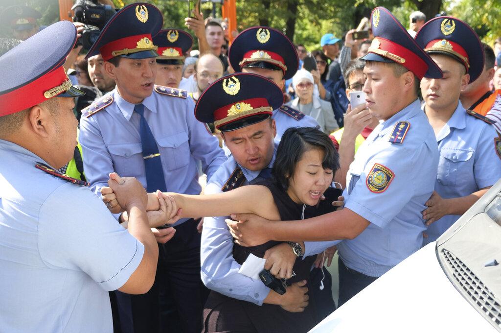多名示威者被捕。AP