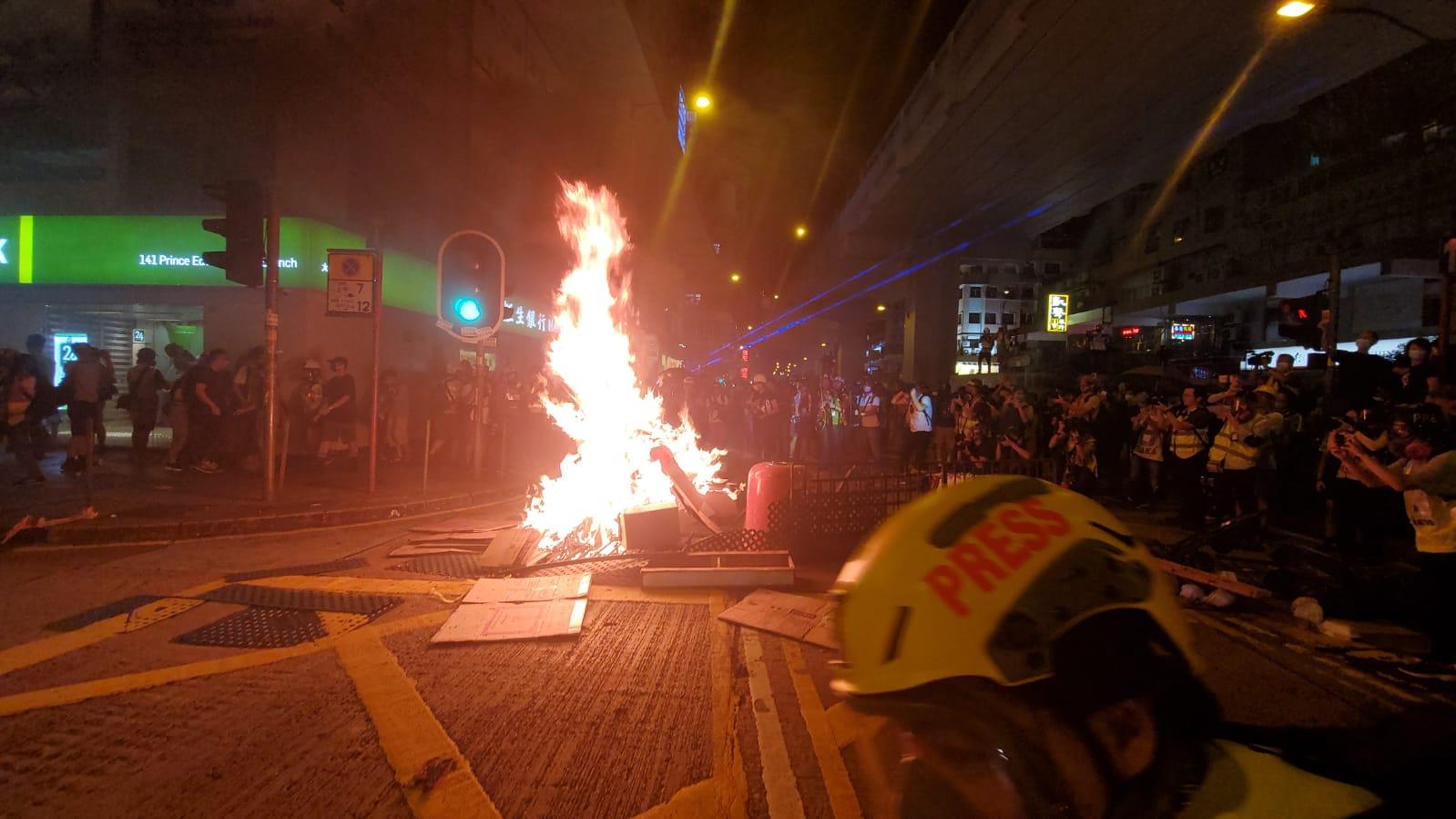 有示威者在旺角警署開焚燒雜物。