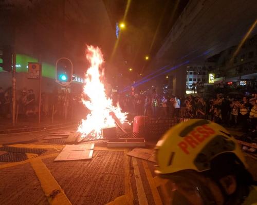 【修例風波】警方指激進示威者旺角縱火 正使用武力驅散