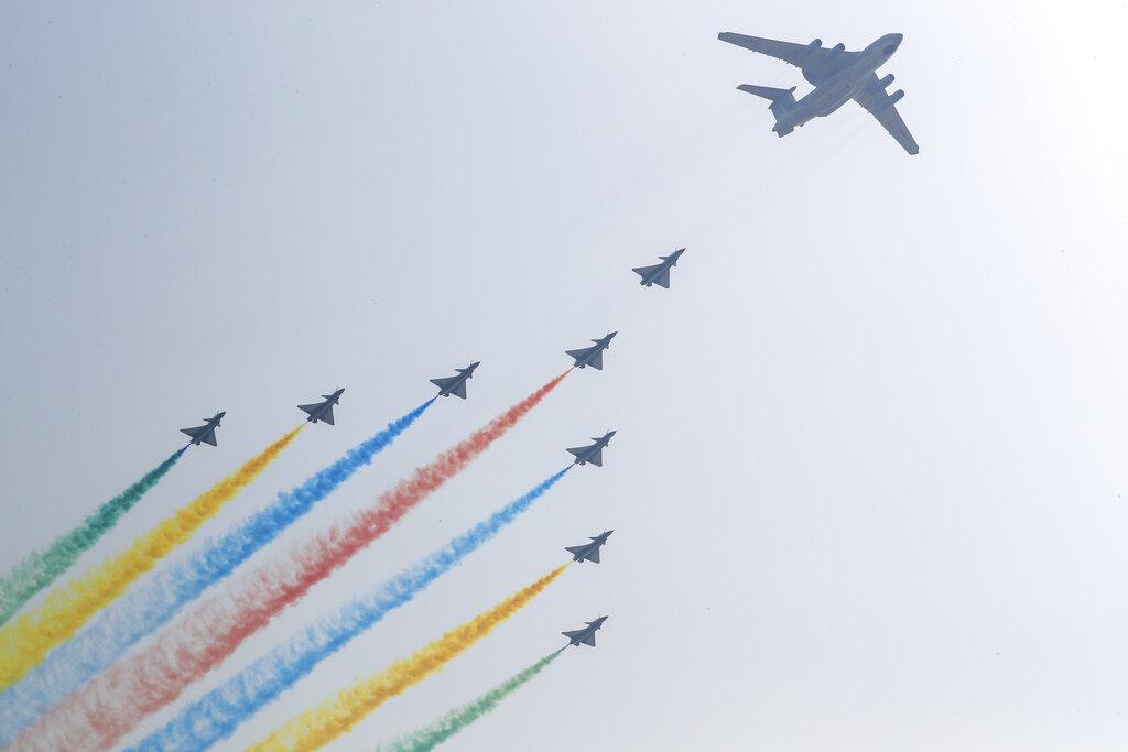 北京上空戰機噴射彩虹。AP