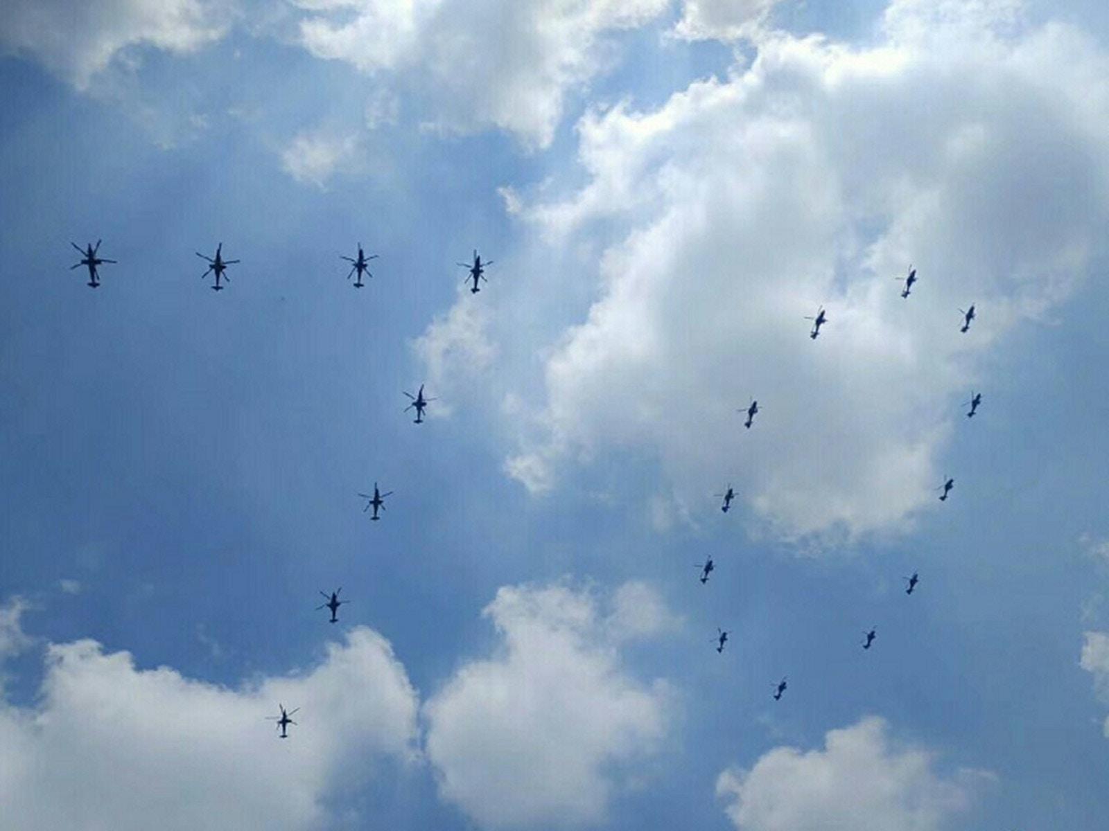 多架飛機擺出「70」的字樣。網圖