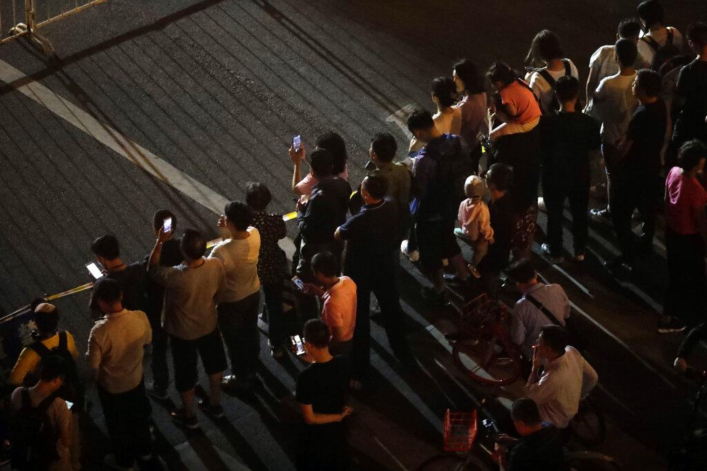 市民圍觀。AP