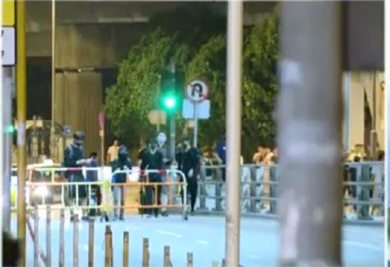 屯門有示威者堵路。港台電視截圖