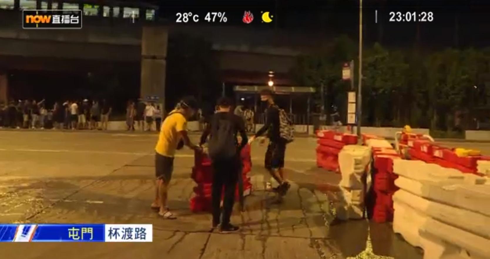 示威者堵塞馬路。NOWTV截圖