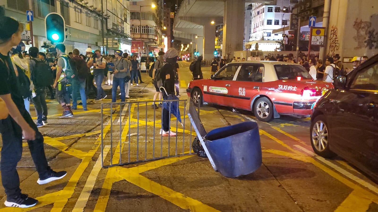 有示威者拖膠筒,放置在路中心堵路。