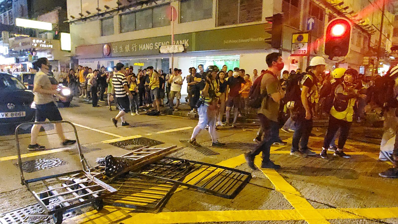 示威者拖來手推車。