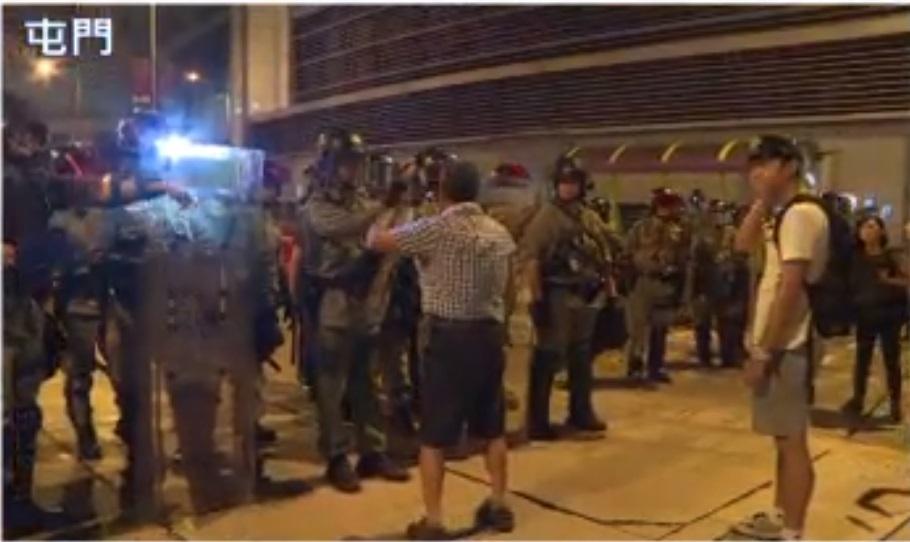 老翁阻攔警察。NOWTV截圖