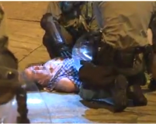 【修例風波】屯門老翁阻攔被防暴警壓倒在地 示威者再堵路