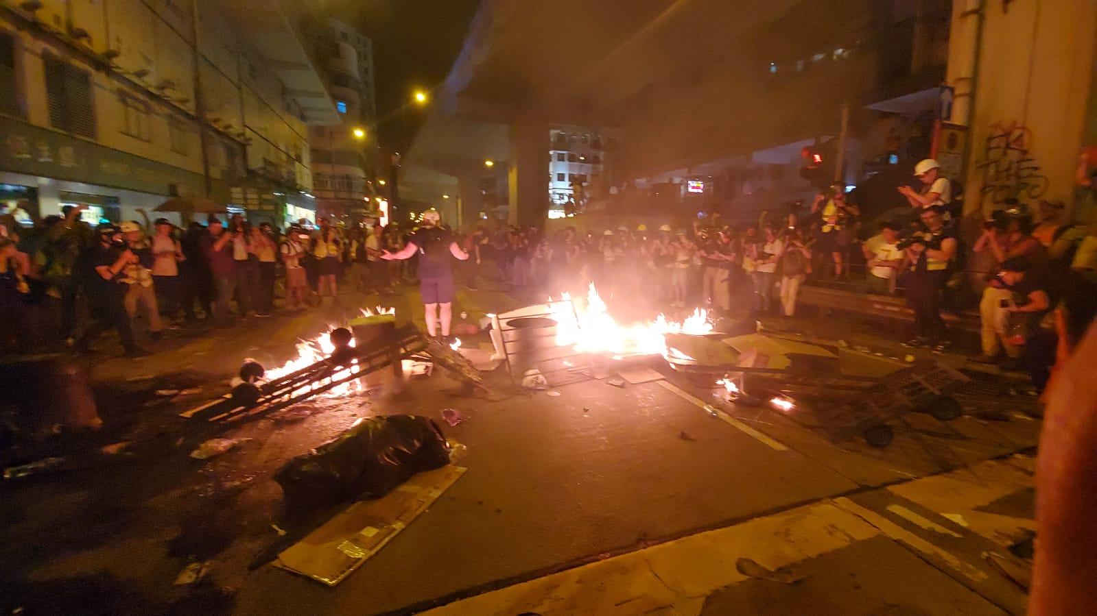 晚上11時半,示威者再在太子道西交界燒雜物。