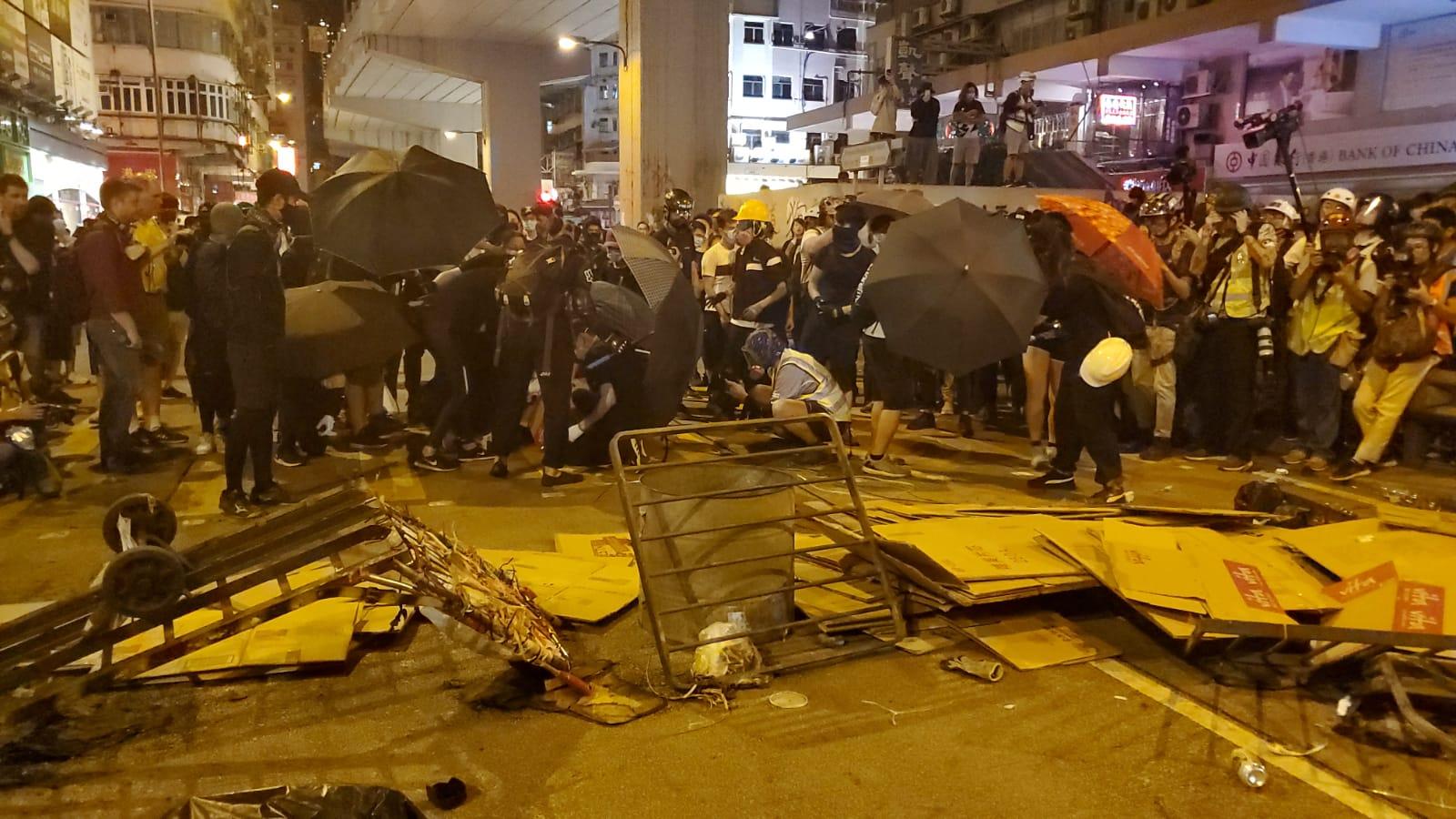 示威者焚燒紙皮及垃圾桶。