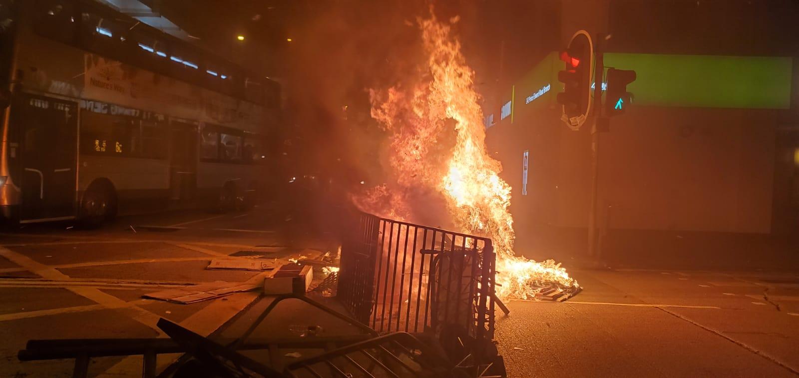 晚上旺角有示威者堵路縱火。