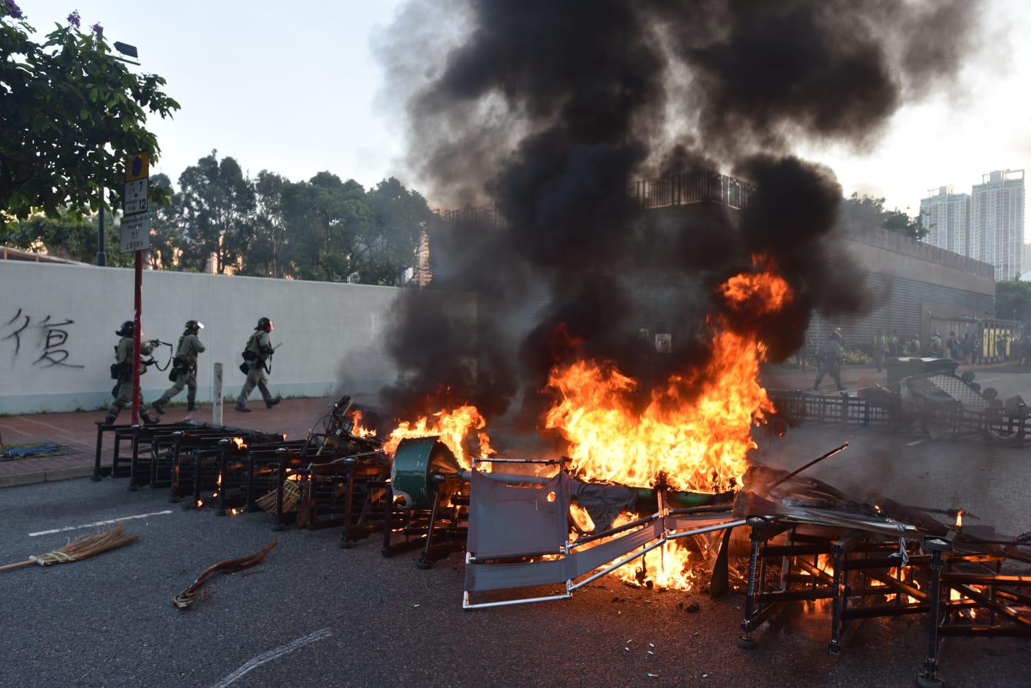 沙田有示威者縱火。