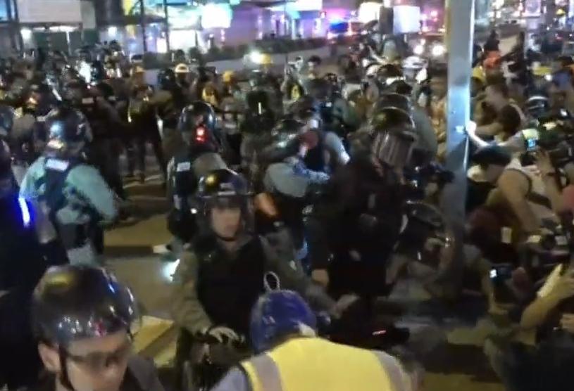 數百名警員進行搜捕,示威者極速逃去。有線新聞截圖