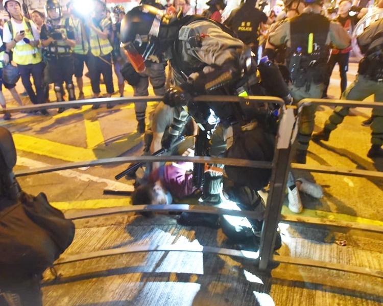 紅衣男被制服,大批警員出動。