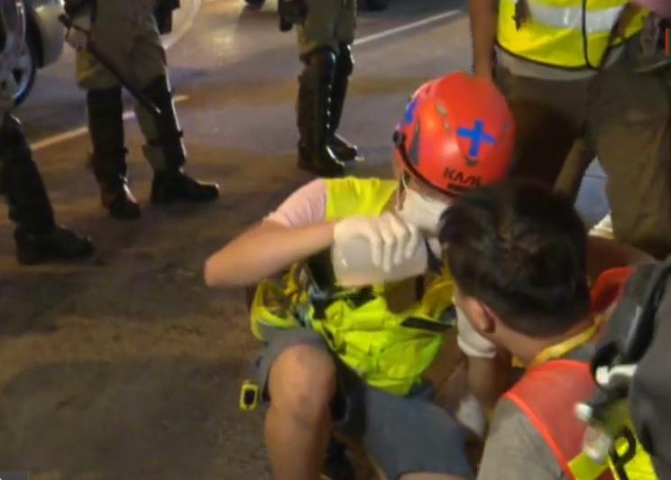 一名男記者被噴胡椒水。有線新聞截圖