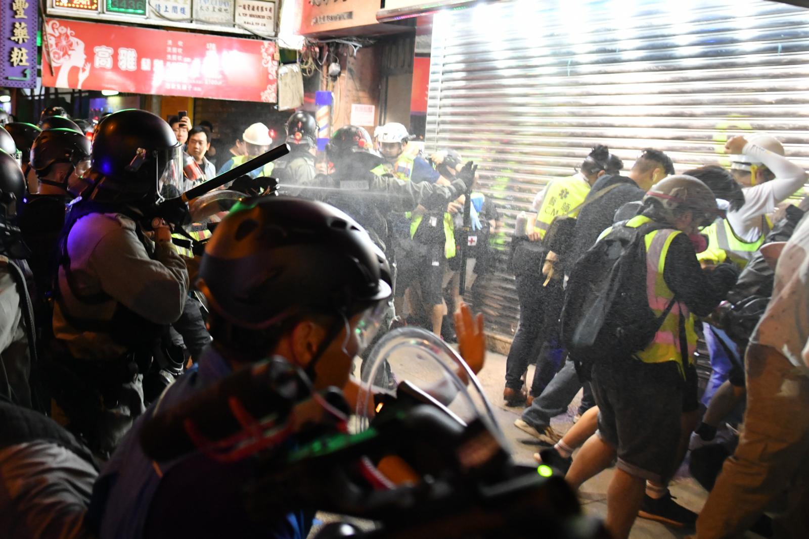 在場的警員向義務急救員噴胡椒水。