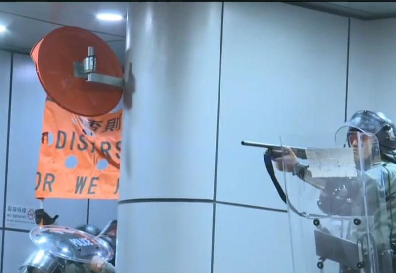 警方一度舉起橙旗。有線新聞截圖