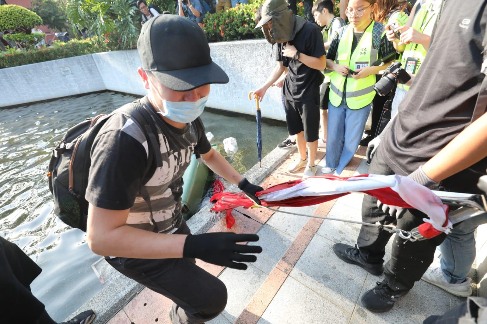 沙田大批示威者踐踏污損破壞國旗