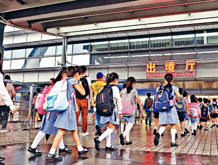 部分內地家長憂慮本港政局問題,為跨境來港上學的子女申請退學。