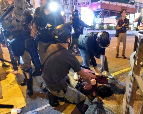【修例風波】警旺角開槍清場 疑有女警員喬裝示威者拉人