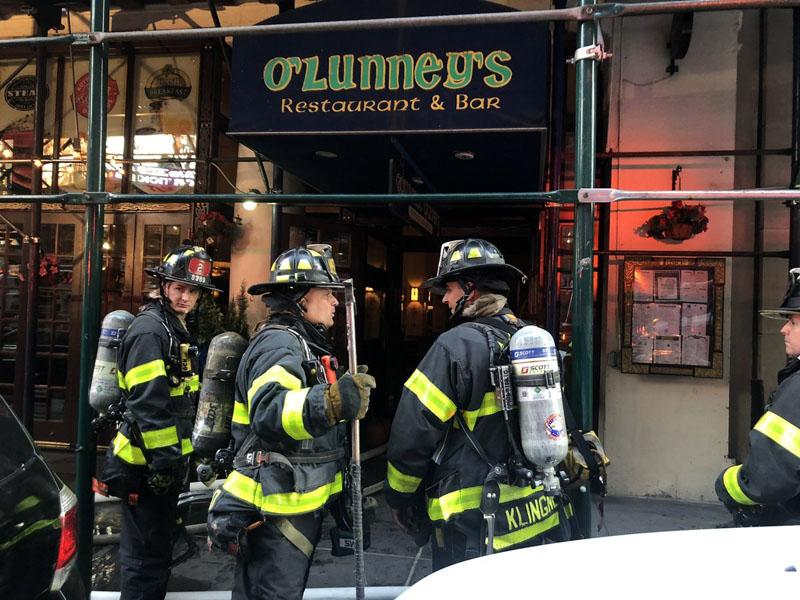 紐約曼哈頓時代廣場附近一棟建築物,當地周日(22日)發生火災,導致3人受傷。(網圖)