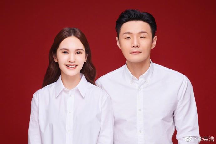 楊丞琳與李榮浩這領證照,被網民取笑他的眼睛還沒老婆的臥蠶大。(微博圖片)