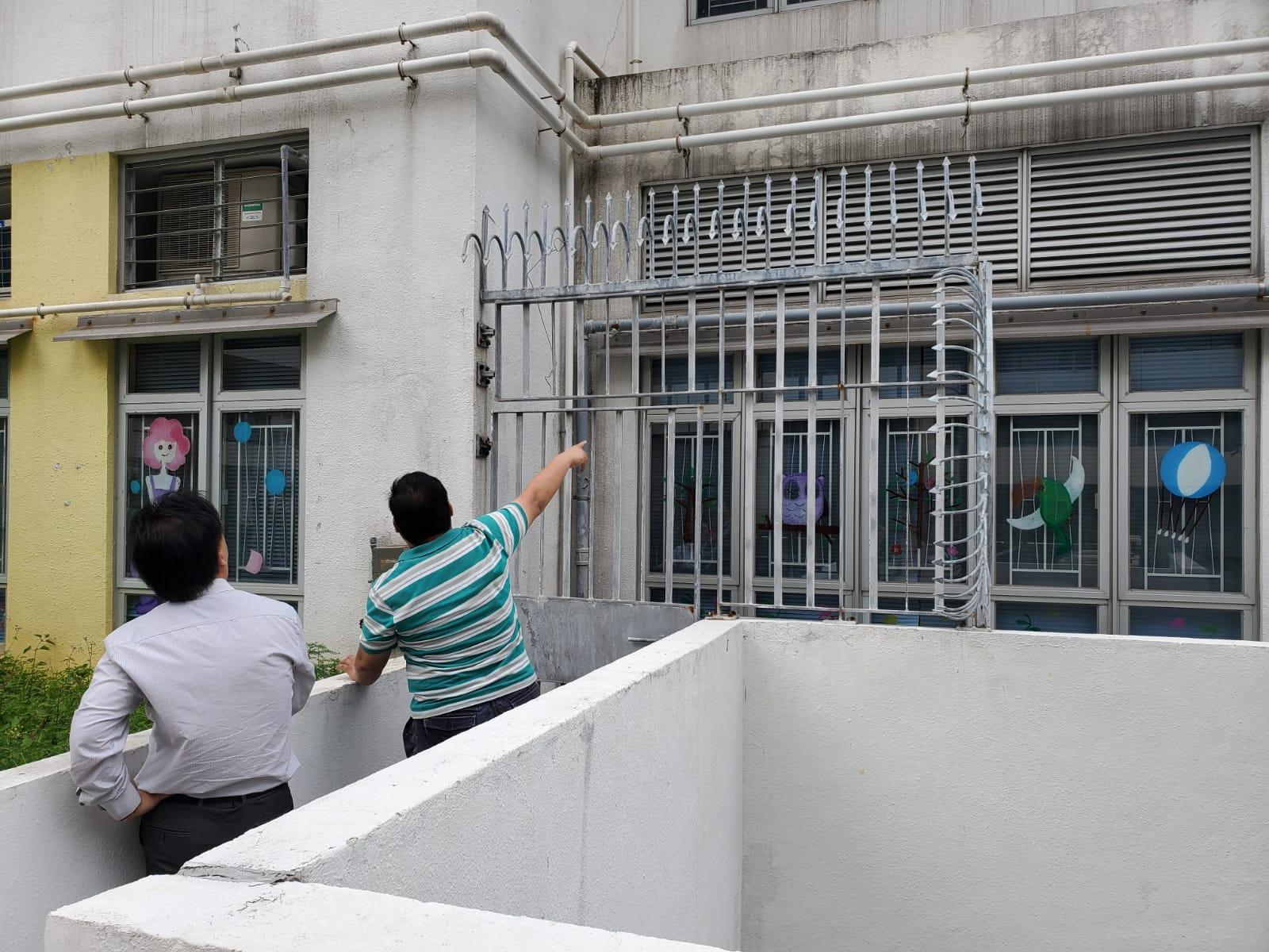 賊人疑撬窗戶潛入學校犯案。 梁國峰攝