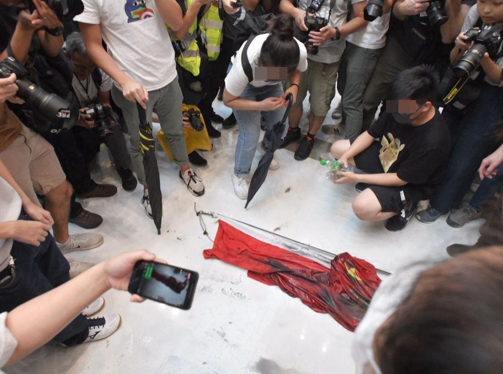 聲明又批評示威者公然侮辱國旗,挑戰國家主權,破壞和衝擊「一國兩制」底線。資料圖片