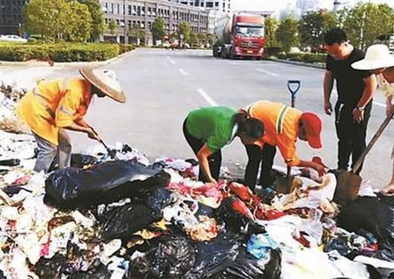 湖南女子食蟹遺失價值3萬多元婚戒,清潔工翻8噸垃圾助找回。(網圖)