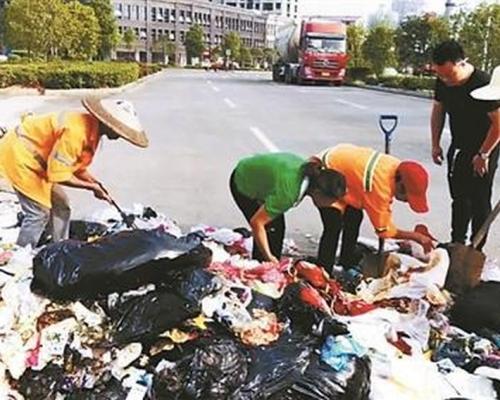 女子食蟹遺失婚戒 清潔工翻8噸垃圾助尋回
