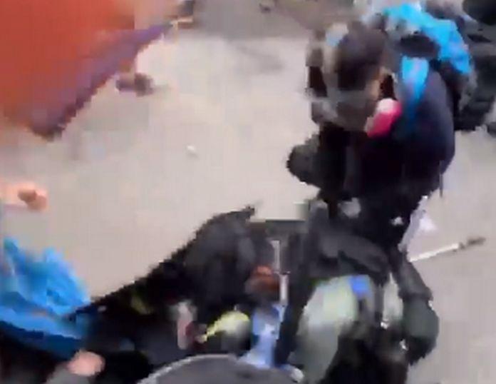 有示威者企圖搶槍。理大學生報編委會 影片截圖