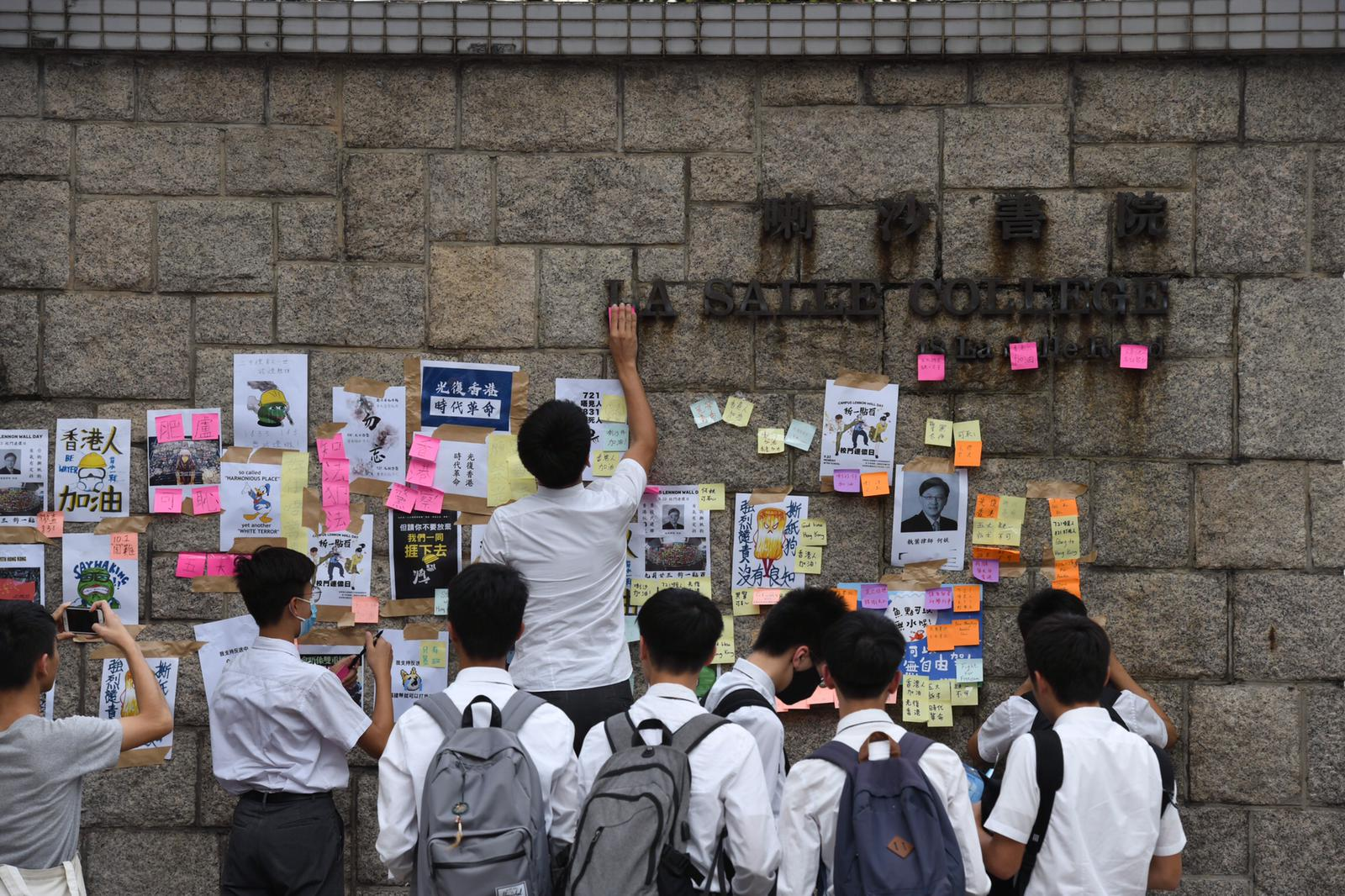喇沙書院門外有學生張貼海報。