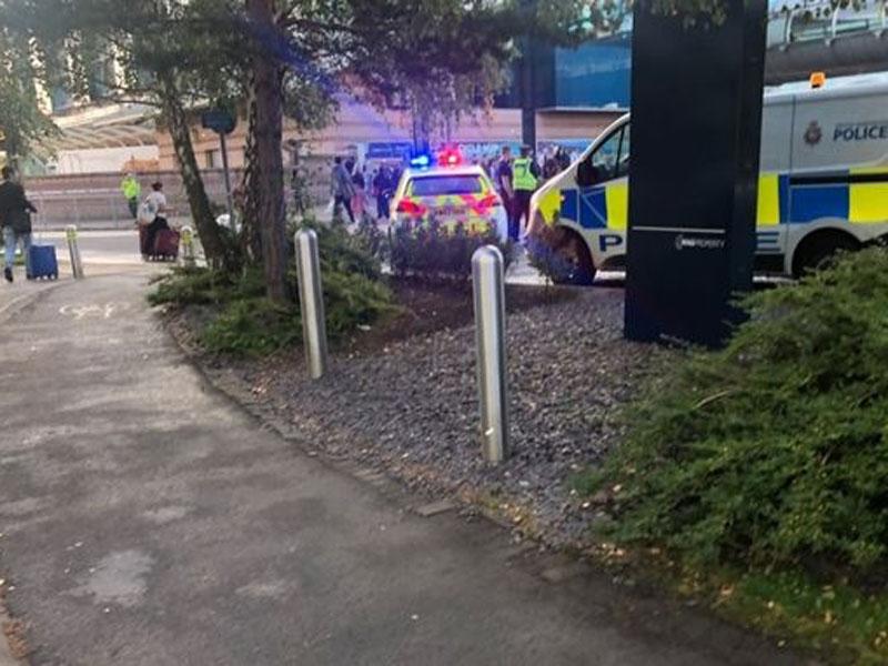 曼徹斯特機場火車站出現可疑包裹,目前現場已拉起封鎖線,巴士、地鐵服務受到影響。(網圖)