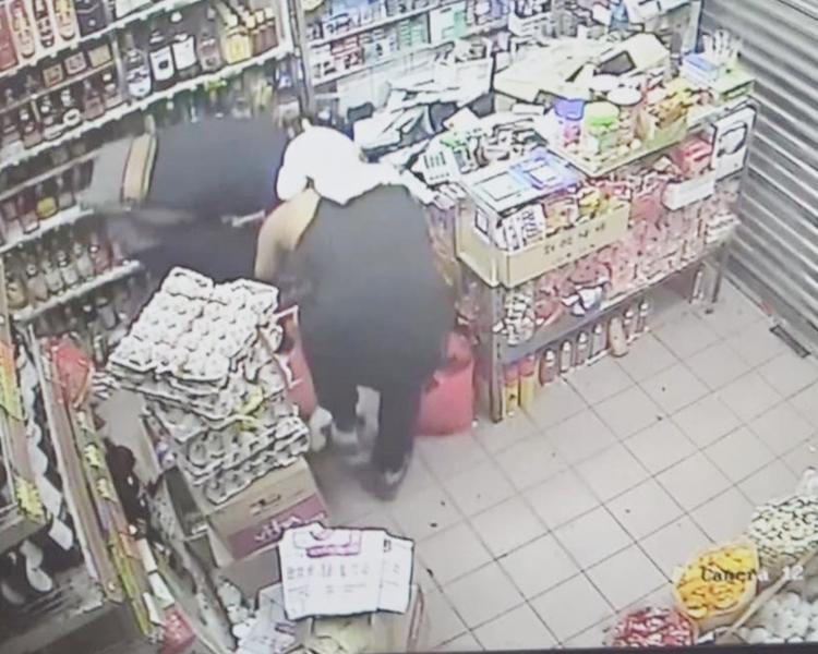 兩名賊人被CCTV拍下犯案過程。CCTV截圖