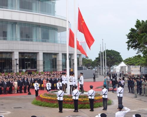 國慶日早上辦升旗儀式及酒會 本周起掛燈柱彩旗及橫額