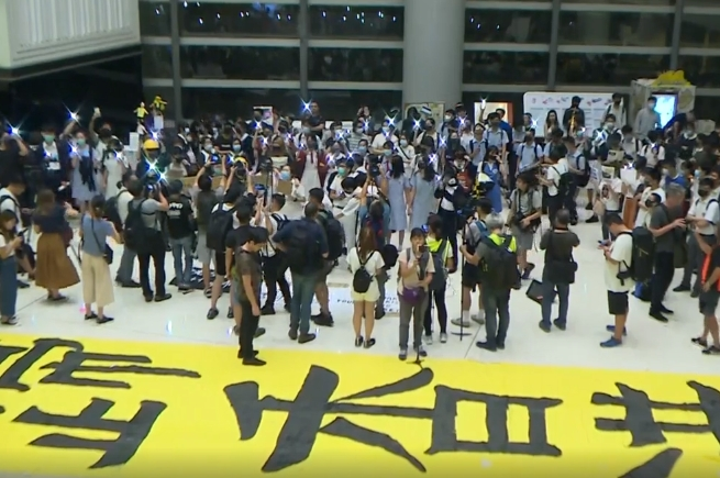 約300名學生在樂富廣場合唱。港台截圖